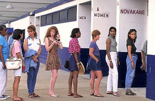 Donne in fila alle toilette | Ziomuro reloaded
